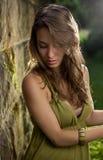 美丽的深色的礼服绿色摆在的年轻人 免版税图库摄影