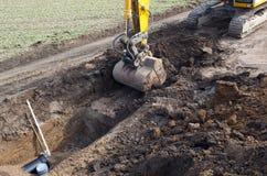 开掘的挖掘机沟槽 免版税库存图片