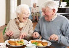一起享用膳食前辈的夫妇 免版税库存照片