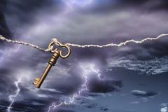 获得风筝闪电的螺栓被触击 免版税库存图片