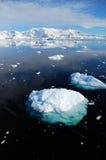 南极冰山横向垂直 库存图片