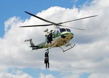 执行的火直升飞机营救培训 库存图片