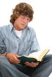 青少年有吸引力的书男孩的读取 免版税库存照片