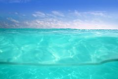 蓝色加勒比海水下的水线 图库摄影