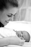 男婴母亲新出生的年轻人 免版税库存图片