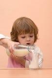 молоко малышей питья Стоковое Изображение RF