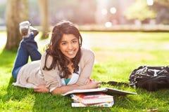Ασιατικός σπουδαστής στην πανεπιστημιούπολη Στοκ φωτογραφία με δικαίωμα ελεύθερης χρήσης