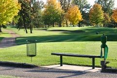 长凳配件箱高尔夫球发球区域 免版税库存图片