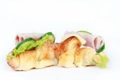 鲜美干酪新月形面包火腿查出的三明&# 免版税图库摄影