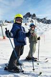 儿童滑雪倾斜多雪 免版税库存图片