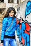 女孩近被绘的墙壁 库存图片