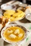 传统鸡饺子食物罗马尼亚的汤 库存图片