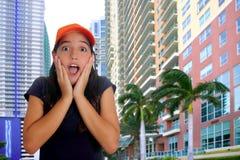 拉丁青少年的西班牙女孩惊奇姿态 图库摄影