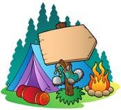 野营在木符号的帐篷附近 免版税图库摄影