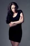 μαύρο φόρεμα που φορά τη γυ Στοκ εικόνες με δικαίωμα ελεύθερης χρήσης