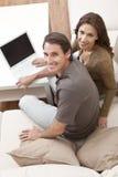 计算机夫妇回家使用妇女的膝上型计&# 免版税库存照片