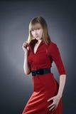 摆在红色佩带的美丽的白肤金发的礼&# 库存图片