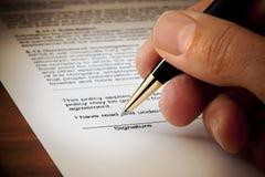 заключите контракт подписанную подпись документа Стоковая Фотография
