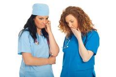 医生二名不快乐的妇女 免版税图库摄影