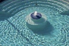 起泡的喷泉池 免版税库存照片