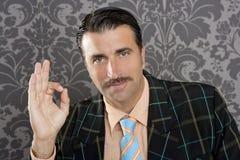 Жест руки о'кей бизнесмена человека болвана ретро Стоковое Изображение RF
