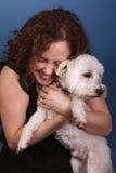 美好的狗女孩拥抱 免版税库存图片