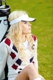白肤金发的女孩高尔夫球作用 库存照片