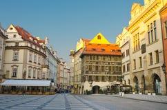咖啡馆老布拉格方形街道日出城镇 免版税库存照片