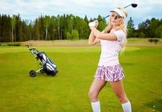 女孩高尔夫球作用 库存照片