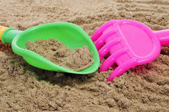 海滩犁耙铁锹 库存图片
