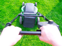 草绿色草坪被割的刈草机 库存照片