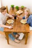夫妇正餐吃享用意大利面食浪漫酒 免版税图库摄影