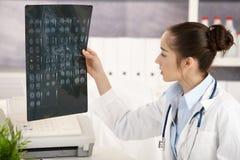 Νέος θηλυκός γιατρός στην αρχή Στοκ Φωτογραφίες