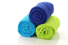 卫生间五颜六色的滚的被堆积的毛巾  免版税库存照片