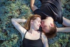 夫妇休息的年轻人 免版税库存照片