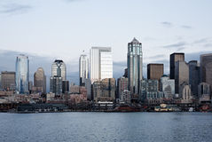 горизонт офиса сумрака города зданий залива Стоковое фото RF
