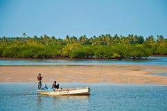 非洲小船捕鱼 免版税库存图片