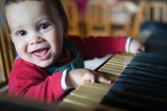 儿童钢琴使用 免版税库存照片