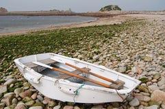 海滩小船小卵石 免版税图库摄影