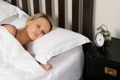 秀丽白肤金发的休眠的妇女 免版税图库摄影