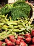 τρόφιμα καλαθιών οργανικά Στοκ εικόνα με δικαίωμα ελεύθερης χρήσης