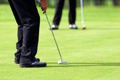 高尔夫球绿色轻轻一击 库存照片