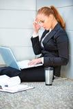 使用膝上型计算机的集中的女商人 免版税库存图片