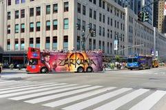 驱动曼哈顿中间地区浏览的公共汽车 免版税图库摄影