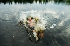 Человек делая выплеск в озере Стоковое фото RF