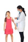 医生女孩害怕的疫苗 库存照片
