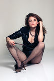 有刀子的性感的美丽的妇女 免版税库存图片