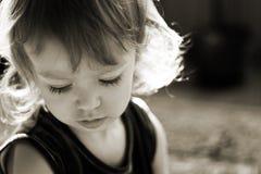 逗人喜爱的女孩小的光芒星期日 免版税库存照片