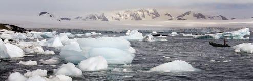 南极洲半冰海岛月亮海运 免版税库存照片