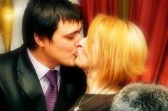 夫妇愉快亲吻 免版税图库摄影